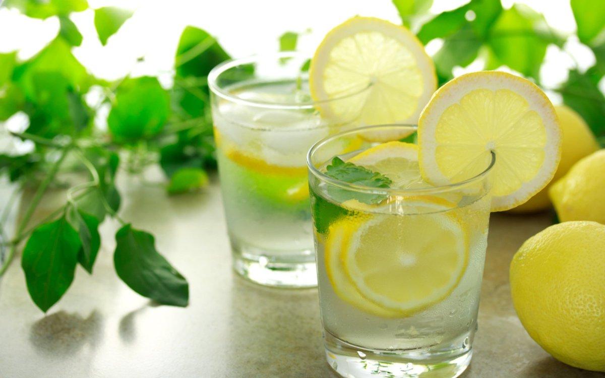 5 beneficios de beber agua tibia con limón cada mañana